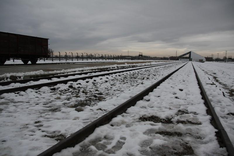Die Rampe in Auschwitz-Birkenau, an der die Selektionen nach der Ankunft über das unmittelbare Schicksal entschieden. Das bekannte Eingangsgebäude ist anlässlich der Gedenkfeier von einem Zelt verhüllt.