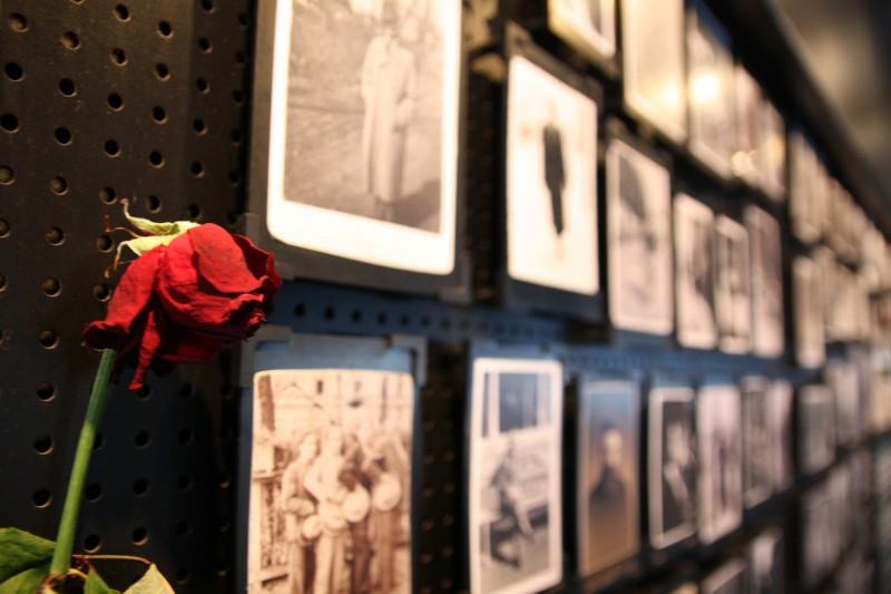 Eine der neueren Ausstellungen zeigt Fotos aus dem Leben der Menschen, aus dem sie durch die Nazis brutal herausgerissen wurden.