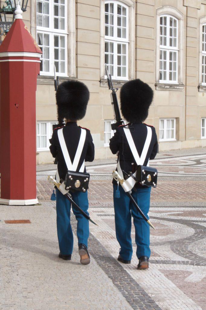 Die Wachen an Schloss Amalienborg nehmen ihre Sache ernst.